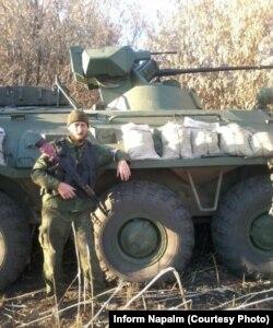 Один из боевиков позирует на фоне БТР-82А