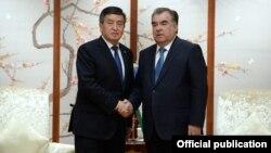 Президенты Кыргызстана и Таджикистана Сооронбай Жээнбеков и Эмомали Рахмон. Циндао, 9 июня 2018 года.
