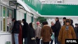 Стремясь спасти свои сбережения, люди с раннего утра занимают очередь в обменные пункты
