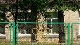 O parte din gardul Liceului Teoretic din Peresecina, Orhei, amplasat de-a lungul traseului Chișinău-Bălți, încă păstrează simbolul Jocurilor Olimpice din 1980 de la Moscova.