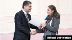 Премьер-министр Армении Тигран Саргсян вручает студентке-армянке из Сириии удостоверение о получении стипендии, Ереван, 28 декабря 2012 г.