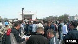 """Бишкек: бессрочная акция оппозиции началась. Другие фотографии смотрите в <a href=""""http://www.svobodanews.ru/photogallery/219.html"""" target=""""_new"""">фотогалерее</a>"""