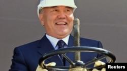 Қазақстан президенті Нұрсұлтан Назарбаев Қарашығанақтағы өндірісті ашу салтанатында. Қазақстан, 1 тамыз 2003 жыл.