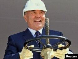Қазақстан президенті Нұрсұлтан Назарбаев көмірсутегін өңдейтін кешенді ашу шарасында. Қарашығанақ, 1 тамыз 2003 ж.