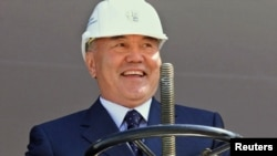 Kazakhstan -- President Nursultan Nazarbaev turns a valve to open the hydrocarbons Processing Complex in Karachaganak, 01Aug2003