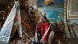 «Индеец» у вигвама – главная декорация сельского музея
