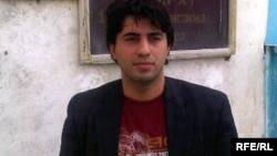 Azerbaijan – Institute for Reporters' Freedom and Safety (IRFS) chairman Emin Huseynov visits youth activist Adnan Hajizade at prison, Apr2010