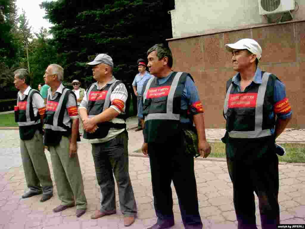 Бишкек шаарында күндүзү 1300 милиция кызматкери, түнкүсүн 1300 милиция кызматкери күчөтүлгөн режимде иштеп, аларга 10 миң чакты элдик кошуундардын мүчөлөрү көмөк кылышууда.