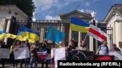 Мітинг на підтримку кримськотатарського народу біля посольства Росії у Варшаві, 18 травня 2014 року