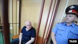 Начальник Главного военно-медицинского управления Минобороны РФ Александр Белевитин (слева), подозреваемый в получении взятки, в Московском гарнизонном военном суде