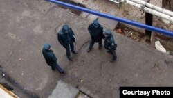 Милиционеры под окнами многоэтажного жилого дома в Ташкенте.