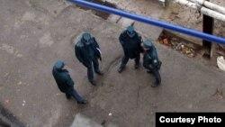 Ташкентская милиция во дворе одного из столичных домов, 12 марта 2013 года