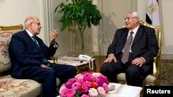 Египет уақытша президенті Адли Мансур (оң жақта) Мұхаммед әл-Барадеимен кездесіп отыр. Каир. 6 шілде 2013 жыл.
