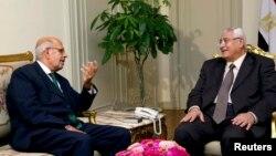 И.о. президента Египта Адли Мансур (справа) и лидер оппозиции, бывший глава МАГАТЭ Мохаммед эль-Барадеи в президентском дворце в Каире, 6 июля 2013 года.