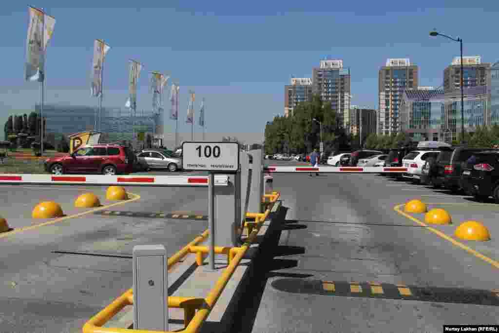 На платной парковке в это время есть свободные места. Стоимость парковочного места здесь – 100 тенге за час.