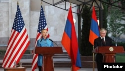 Armenia - U.S. Secretary of State Hillary Clinton and Armenian Foreign Minister Edward Nalbandian at a news conference in Yerevan, 4Jun2012.