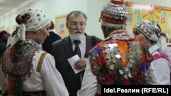 Виталий Станьял (в центре)