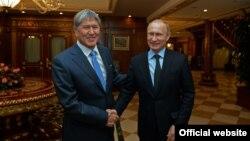 Қырғызстан президенті Алмазбек Атамбаев (сол жақта) пен Ресей президенті Владимир Путин. Сочи, 7 ақпан 2015 жыл.