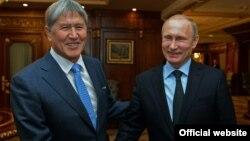 Ресей президенті Владимир Путин (оң жақта) пен Қырғызстан президенті Алмазбек Атамбаев. Сочи, 7 ақпан 2015 жыл.