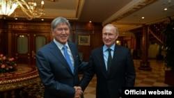 Президент России Владимир Путин (справа) и президент Кыргызстана Алмазбек Атамбаев (слева). Сочи, 7 февраля 2015 года.