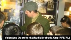 Реконструктори розповідають юним відвідувачам музею про діяльність УПА