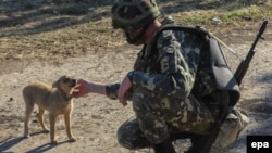 Украинский военнослужащий на КПП возле Горловки