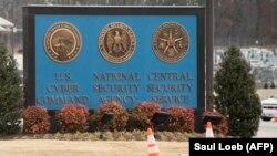 تابلویی از نمادهای فرماندهی سایبری، آژانس امنیت ملی و سرویس امنیت مرکزی در ورودی آژانس امنیت ملی آمریکا.