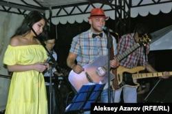 Виктор Цойды еске алу концертінде ән айтып тұрған «Рокфеллер» тобы. Алматы облысы , 28 маусым 2014 жыл.