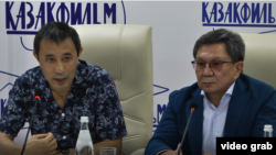 Казахстанский режиссер Ермек Турсунов и вице-президент киностудии «Казахфильм» Серик Жубандыков на пресс-конференции в Алматы. 17 августа 2018 года.