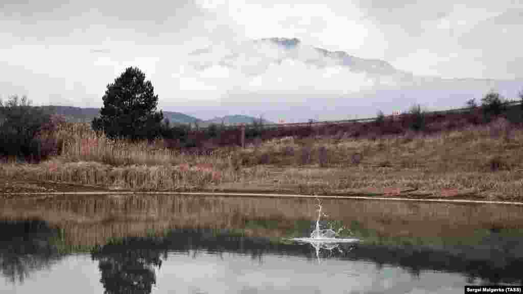 Озеро и горы в окрестностях села Солнечногорского