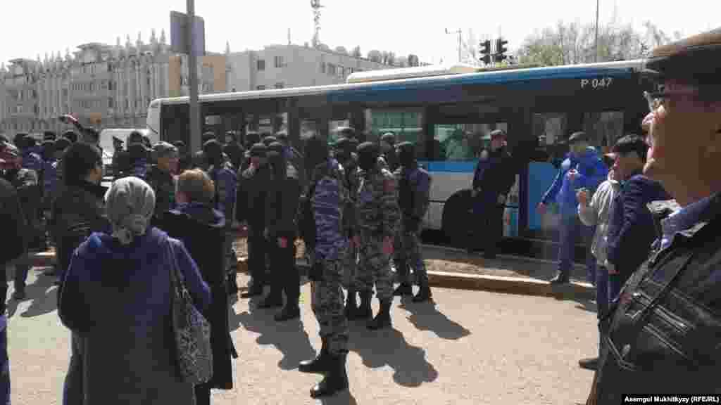 После обеда сотрудники спецподразделения полиции задержали десятки человек.Некоторым из задержанных сотрудники спецназа нанесли удары дубинками. Нур-Султан, 1 мая 2019 года.