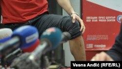 "Vaterpolist ""Crvene zvezde"" pokazuje ozljedu na tiskovnoj konferenciji u Beogradu"