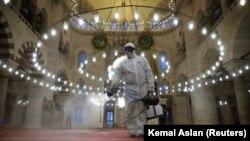Një punëtor dezinfekton xhaminë Ali Pasha në Turqi.