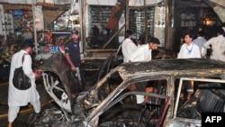 Полиция қызметкері жарылыс болған жерді зерттеп жүр. Пешавар, Пәкістан, 19 қыркүйек 2011 ж.