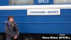 «Қарағанды-Мәскеу» бағытындағы жолаушылар пойызы жанында тұрған әйел. (Көрнекі сурет)