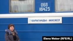 Поезд сообщением Караганда – Москва, отправляющийся с железнодорожного вокзала. Караганда, 25 октября 2010 года.
