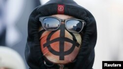 "Националисты на ""Русском марше"" прятали лица под масками"