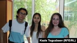 Активист Данияр Хасенов (слева) в перерыве следственного суда по делу Оксаны Шевчук (справа). Алматы, 1 июня 2019 года.