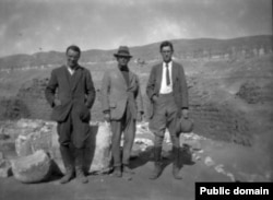 Раскопки в Амарне, Египет, в 1923-1924 гг. Общество изучения Египта. Слева направо: С.К.Р. Гланвиль, Томас Виттемор, Уолтер Байран Эмери.