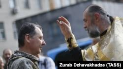 Священик благословляє у Донецьку російського полковника Ігоря Гіркіна (Стрєлкова), який на той час був так званим «міністром оборони» угруповання «ДНР», яке визнане в Україні терористичним. 10 липня 2014 року