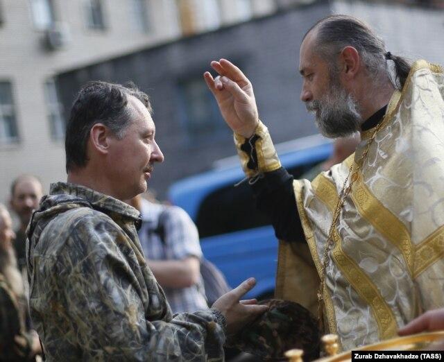 """Часть священнослужителей в Донецке поддерживают """"ДНР"""". На этом фото один из них благословляет одного из военных командиров сепаратистов Игоря Стрелкова"""