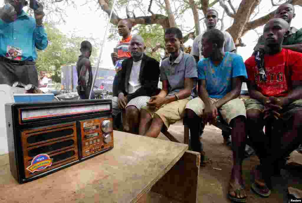 ЛИБЕРИЈА - Поддржувачи на либериската и межународната фудбалска ѕвезда Џорџ Веа ги слушаат на радио резултатите од претседателските избори во Либерија. Веа е еден од двајцата кандидати за претседателската функција во Либерија.