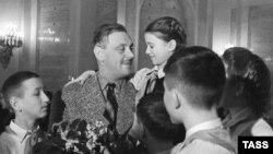Поэт Сергей Михалков с пионерами в Георгиевском зале Кремля, 1954 год