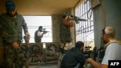 """""""Сирия еріктілер армиясының"""" сарбаздары үкімет әскеріне қарсы ұрыста. Дамаск, 17 шілде 2012 жыл. (Көрнекі сурет)."""
