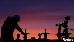"""Работник нефтяной компании """"Башнефть"""" на месторождении в селе Ново-Березовка к северо-западу от Уфы. 28 января 2015 года."""