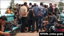 Мәскеудің Домодедово әуежайында қалып қалған өзбек мигранттары. 29 наурыз 2020 жыл.
