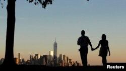 Пара на фоне нью-йоркских небоскребов, где находились здания Всемирного торгового центра, разрушенные 11 сентября 2001 года. 8 сентября 2013 года.
