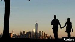 Нью-Йорктің кезінде Дүниежүзілік сауда орталығы ғимараттары тұрған Манхэттен ауданының алыстан қарағандағы көрінісі. 8 қыркүйек 2013 жыл.