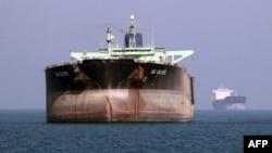 Нефтяной танкер близ порта Бендер-Аббас на юге Ирана.