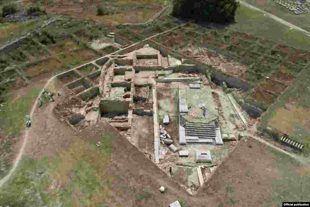 Скулптурата била откриена во остатоците од урнат ѕид од куќа од 6-иот век, каде била употребена како градежен материјал.
